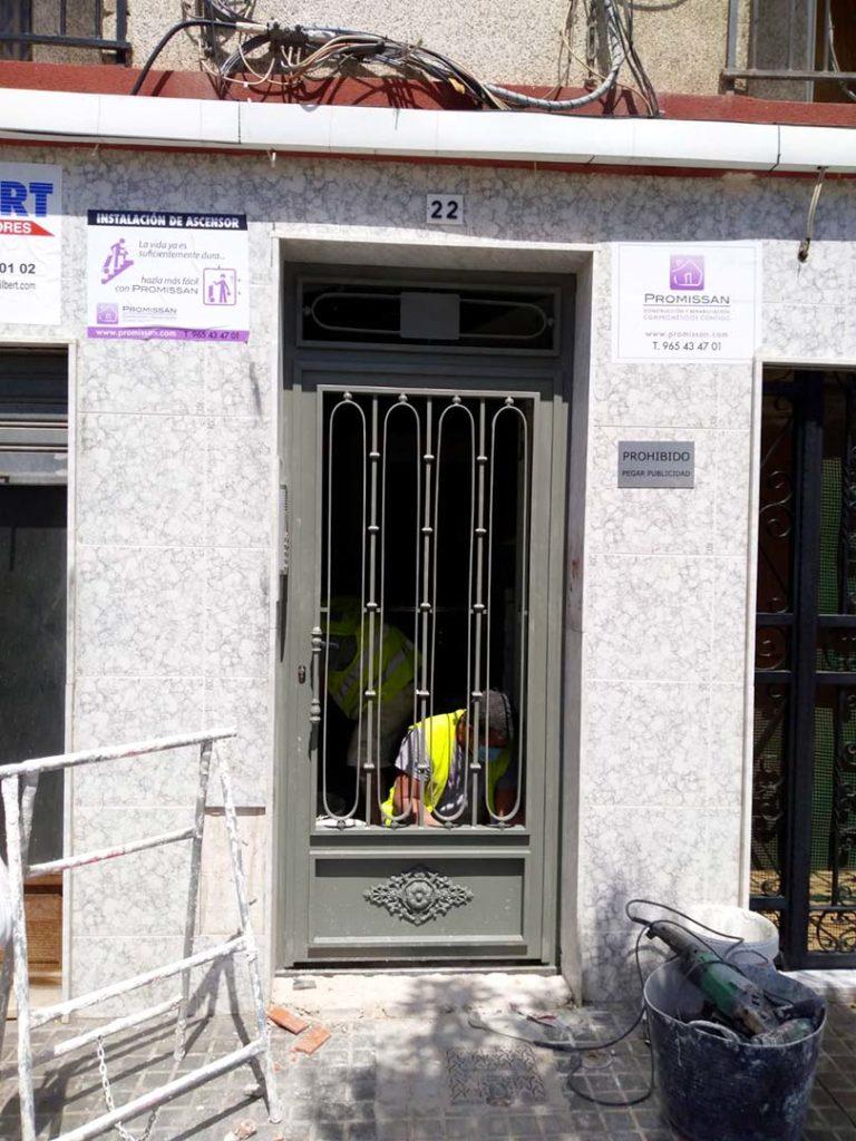 Instalación de ascensor en edificio de Elche