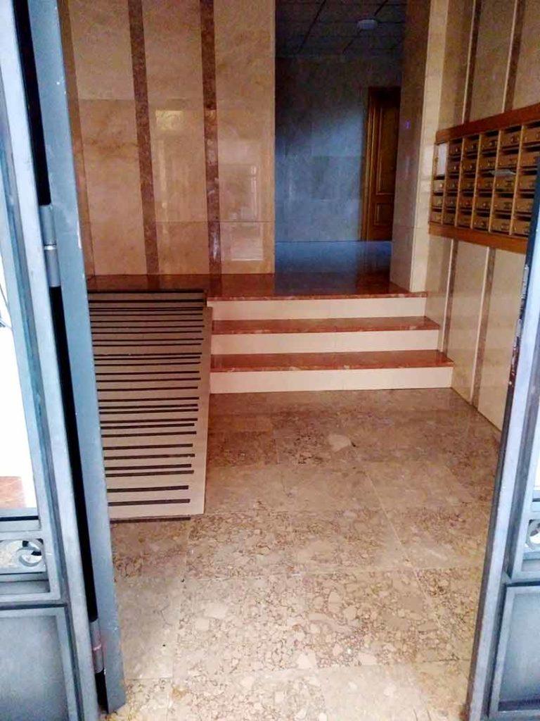 Zaguán y ascensor en edificio de Petrer
